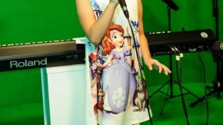 Sau đó, cô nàng có vẻ tự tin hơn khi tập dợt ca khúc qua sự hướng dẫn của Lưu Thiên Hương.