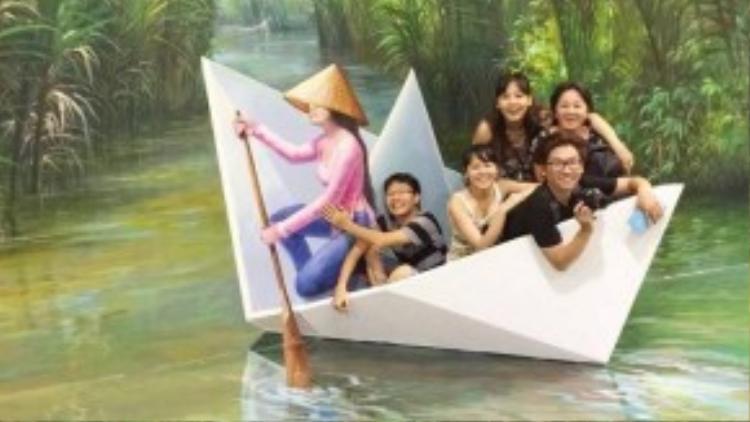 Nhóm bạn của Elvie Phạm trong một góc ảnh của khu vực chủ đề Việt Nam.