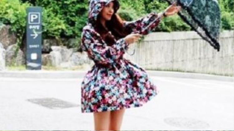 Trào lưu áo mưa với hoa tiết hoa văn xinh xắn đã làm đốn tim không ít cô nàng xứ xở kim chi. Chỉ cần thêm một chiếc ô trong suốt cùng boot cao, bạn vẫn thể tự tin xuống phố ngày mưa.
