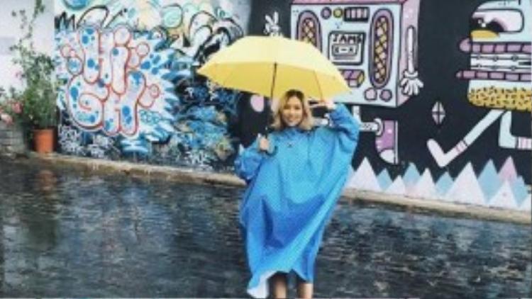 Áo mưa thùng thình tưởng chừng như là nỗi e ngại lớn nhất của các cô nàng vào những hôm trời mưa gió. Thế nhưng Min ST.319 lại biến nó thành phong cách thời trang độc đáo với họa tiết chấm bi nổi bật cùng chiếc dù cũng rực rỡ không kém.