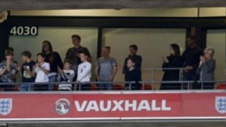 Cả gia đình Bekham cùng đến sân cổ vũ đội tuyển Anh và xem Romeo ra sân
