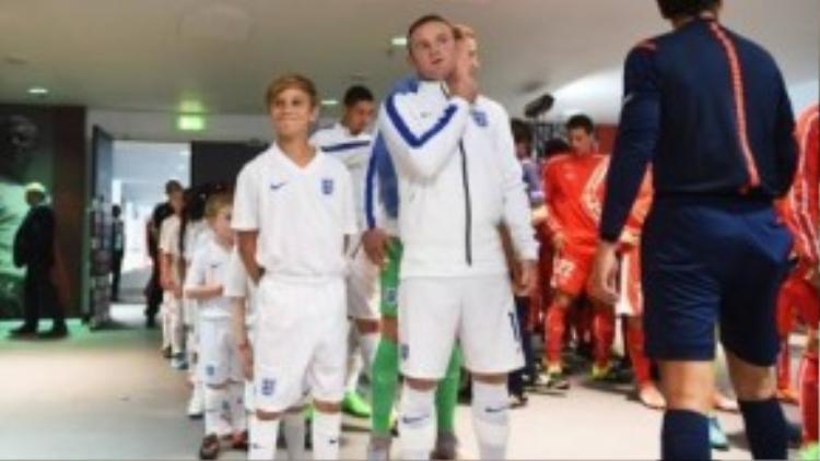 Con trai Beckham và Rooney trong đường hầm chuẩn bị ra sân.