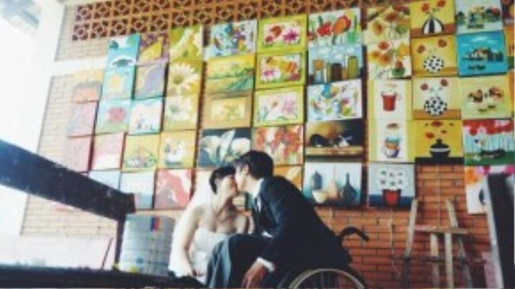 """Hai anh chị quen biết nhau tình cờ khi cùng là học viên của lớp vẽ tranh sơn dầu do trung tâm tổ chức. Chị Lịch hạnh phúc kể lại: """"Ngay lần gặp gỡ đầu tiên chúng em đã có cảm tình với nhau, rồi dần dần trò chuyện qua lại, nảy sinh tình cảm và yêu nhau lúc nào không hay. Tình yêu của em và anh Mạnh giống như là tình yêu sét đánh vậy đó""""."""