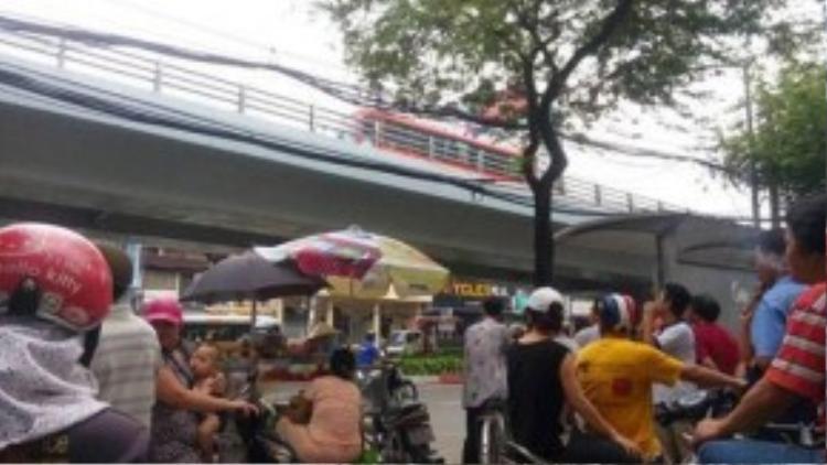 Một phụ nữ đã bị văng từ trên cầu vượt xuống đường Hồng Bàng bên dưới với độ cao khoảng 4-5 mét.