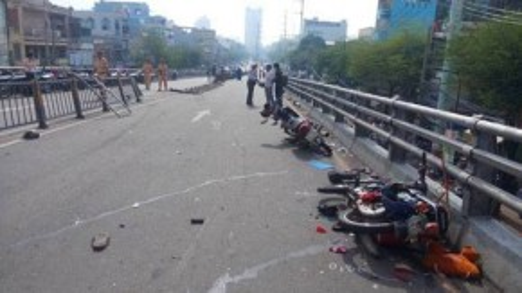 Ngay đầu giờ sáng đi làm, nên hàng loạt xe máy đã bị xe khách tông phải