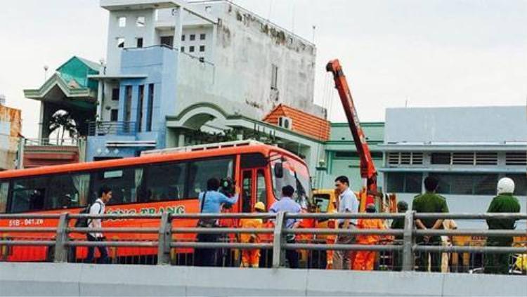 Xe Phương Trang tông hàng loạt xe, hất văng 1 phụ nữ khỏi cầu