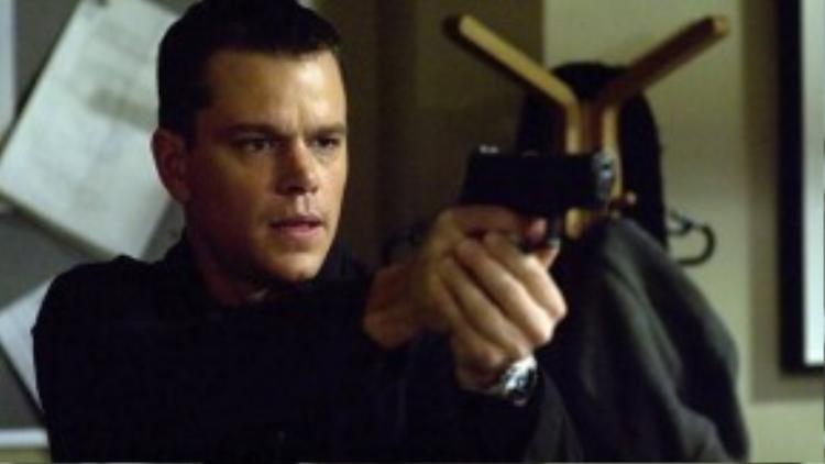 """Jason Bourne trong loạt phim Bourne: Tỉnh lại trên con tàu đánh cá, chàng trai trẻ không nhớ nổi mình là ai, nhưng lại có khả năng thông thạo nhiều ngoại ngữ, cũng như sở hữu kỹ năng chiến đấu điêu luyện. Qua mỗi tập phim, Jason Bourne dần dần nhận ra mình là """"cỗ máy giết người"""" không gớm tay của CIA và chính tổ chức này đang truy nã anh để bịt đầu mối. Đây thường được đánh giá là phiên bản """"đời thực và bụi bặm"""" của chàng điệp viên hào hoa 007."""