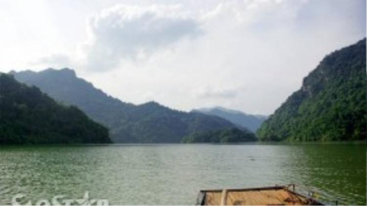 Lần lượt những cảnh quangthơ mộng của hồ Ba Bể dần hiện ra trước mắt du khách khi con thuyền lướt nhẹ trên mặt nước xanh trong, từ từ tiến về phía trước.