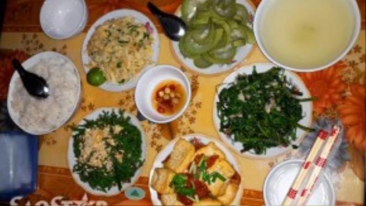 Những bữa cơm với các món rau vườn do chính tay người dân địa phương nấu tuy đạm bạc nhưng chắc chắn sẽ để lại nhiều ấn tượng khó quên trong lòng du khách.