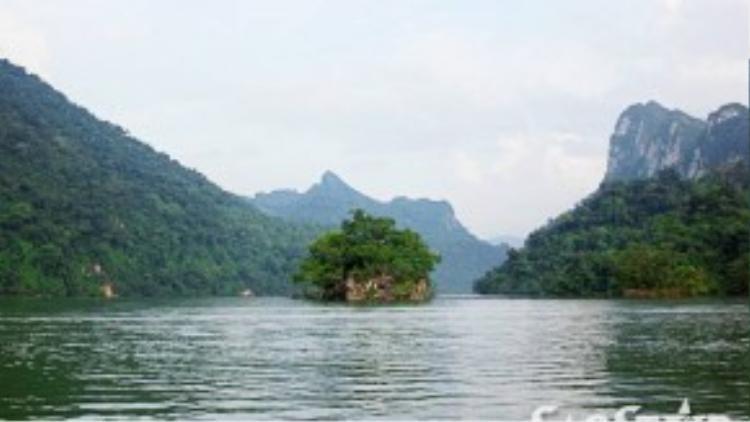 Đảo Bà Góa là một hòn đảo nhỏ xinh xắn nằm giữa hồ Pé Lèng, một trong ba hồ tạo nên hồ Ba Bể. Đảo Bà Góa được tương truyền là nơi sinh sống của hai mẹ con bà góa tốt bụng, người đã táchvỏ trấu từ hạt thóc bà Tiên cho làm đôi để biến thành hai chiếc thuyền độc mộc cứu giúp dân lành trong trận đại hồng thủy hình thành hồ Ba Bể năm xưa.