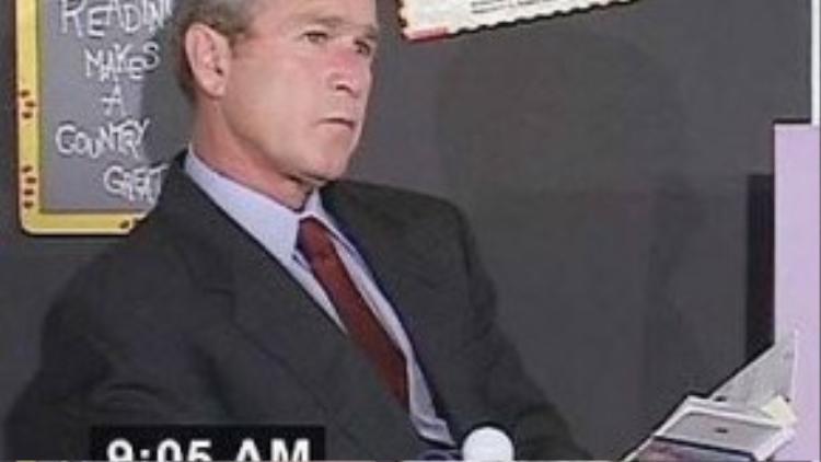 """Phản ứng đầu tiên của tổng thống Bush khi đó là tức giận. """"Kẻ nào to gan dám tấn công nước Mỹ? Bọn chúng nhất định phải trả giá"""", ông viết trong hồi ký Decision Points (tạm dịch: Những thời điểm quyết định). Các em học sinh chỉ 7 tuổi vào thời điểm đó, nhưng chúng có thể nhận ra sự rối bời trên gương mặt của tổng thống. """"Nét mặt ông ấy tỏ vẻ bối rối, lo lắng"""", Lazaro Dubrocq, một học sinh trong buổi học hôm ấy, nhớ lại. Tuy nhiên, chỉ vài phút sau, ông Bush tự trấn an bản thân bằng cách hướng sự quan tâm tới bọn trẻ. """"Lúc đó, tôi chỉ có suy nghĩ không thể để cho những đứa trẻ này phải thất vọng"""", tổng thống 43 của Mỹ viết trong hồi ký. Ảnh: Guardian"""