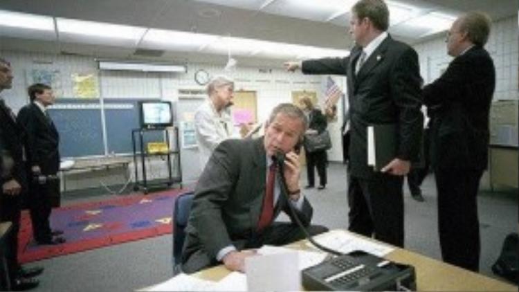 """Sau khi chia tay các em học sinh, ông Bush vào phòng họp của khu nghỉ dưỡng. Tại đây, ông tận thấy những thời khắc được cho là kinh hoàng nhất trong lịch sử Mỹ trên TV. Trong bài phát biểu ngay sau đó về ngành giáo dục, thay vì nói về những vấn đề liên quan, tổng thống thông báo về việc hai máy bay đã đâm vào Trung tâm thương mại thế giới tại New York. Khi di chuyển tới sân bay tại Florida, ông Bush được báo tin về máy bay thứ 3 tấn công trụ sở Bộ Quốc phòng Mỹ. """"Máu tôi bắt đầu sôi sục. Chúng tôi sẽ tìm ra kẻ thực hiện điều này và khiến chúng phải trả giá"""", Tổng thống Bush nói. Sau đó, ông cầu nguyện. Ảnh: The Sun"""