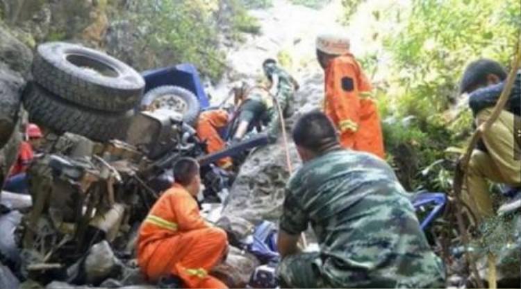 Cha hy sinh cứu mạng con trai trước khi lao xuống núi