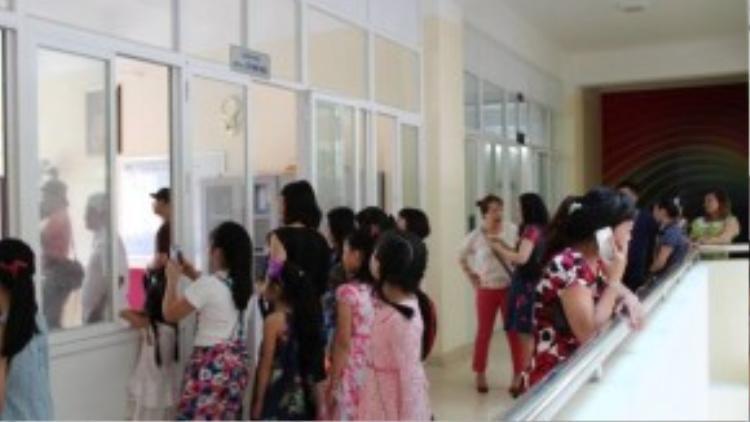 Ở ngoài phòng có rất nhiều bạn nhỏ đang mong đợi sẽ được gặp Thu Phương.