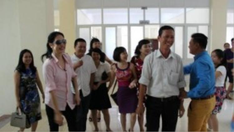 Các thầy cô trong trường rất vui vẻ khi gặp lại Thu Phương.