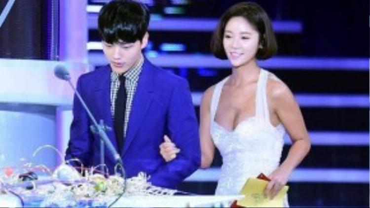 Rơi vào tình huống khó xử, tài tử nhí cố tránh mặt đàn chị và tỏ ra khá căng thẳng. Không ít khán giả nhận ra được điều này và cảm thông cho Yeo Jin Goo. Nhiều người tỏ ra thích thú vì khoảng cách tuổi tác giữa hai diễn viên.