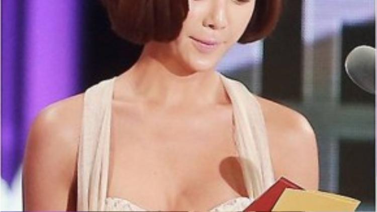 Trên sân khấu, Hwang Jung Eum xuất hiện với bộ đầm trắng, ôm sát lấy cơ thể, đặc biệt là vòng 1 đầy đặn. Vẻ gợi cảm với khuôn ngực căng tròn của nữ diễn viên 31 tuổi thu hút sự chú ý của giới truyền thông.