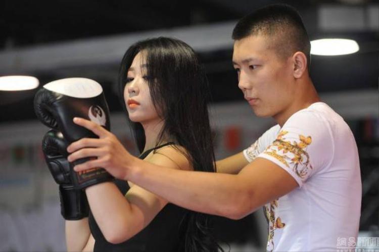 Độc đáo nữ võ sĩ boxing mặc bikini nóng bỏng trên sàn đấu