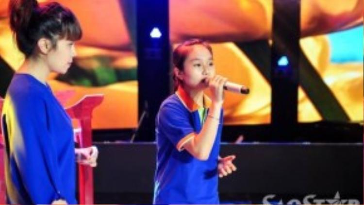 Lưu Thiên Hương chăm chú lắng nghe bé Thái Thị Hà Vy thể hiện để phát hiện những lỗi sai và kịp thời chấn chỉnh.