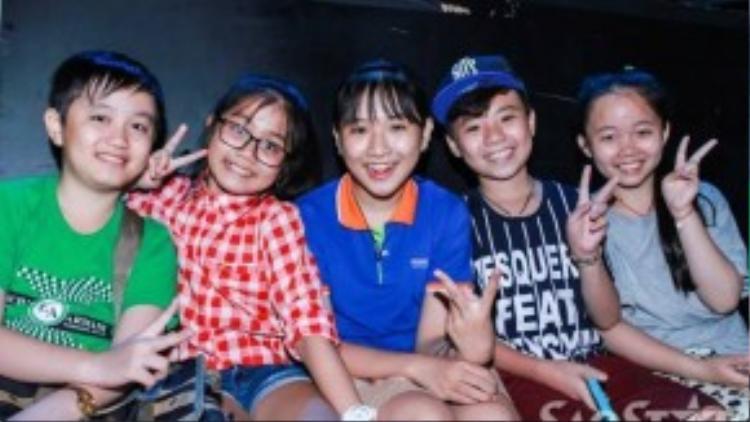 Dù không có mặt trong đêm liveshow đầu tiên nhưng Thế Thanh và Công Quốc cũng xuất hiện trong buổi tập để cổ vũ các bạn của mình.