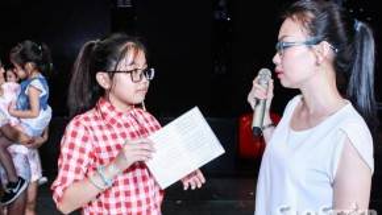 Cẩm Ly đang hướng dẫn cho Nhã Thy cách hát để thật sự tự tin và tỏa sáng trên sân khấu.