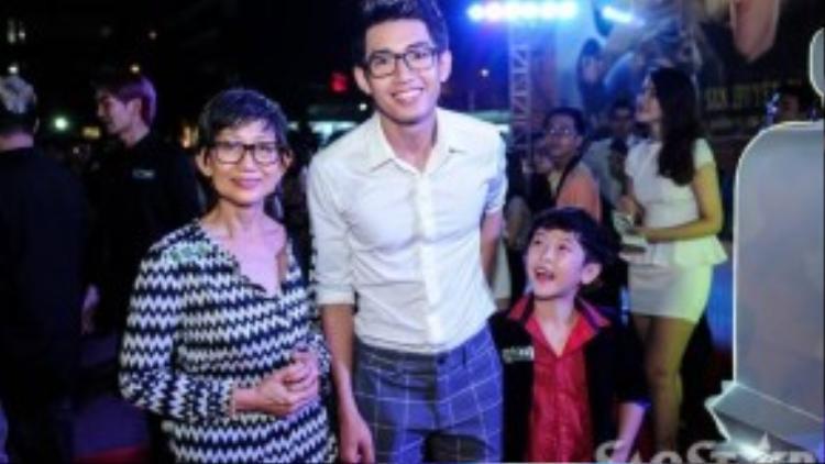Vũ công Quang Đăng, nam diễn viên chính của phim, được mẹ hộ tống đến buổi ra mắt.