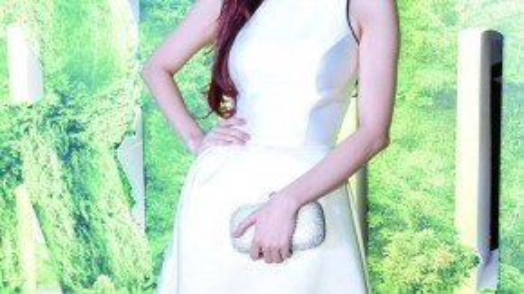 Trương Quỳnh Anh một mình dự sự kiện. Chiếc đầm trắng cùng phụ kiện ăn nhập khiến nữ ca sĩ chiếm được nhiều cảm tình trong mắt người đối diện. Cô và ông xã Tim cũng vừa gửi đến người hâm mộ phim ngắn mang tên Có hẹn cùng hạnh phúc.