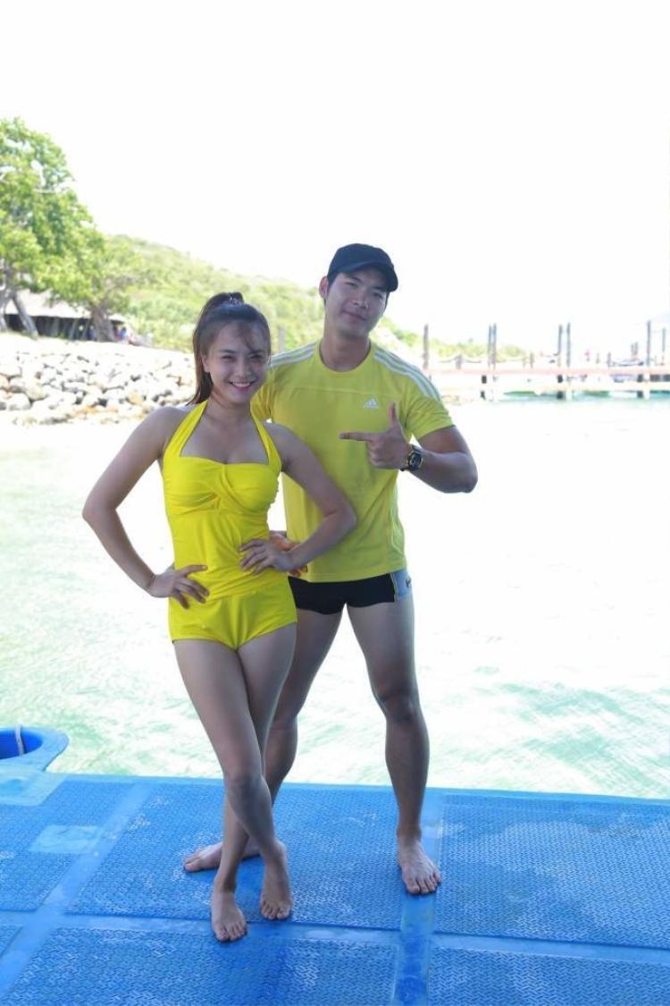 Băng Di  Trang Pháp diện bikini chơi trò flyboard mạo hiểm