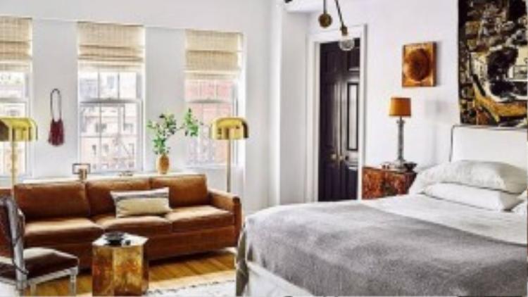 Phòng ngủ thiết kế hướng sáng, giường và sofa của Đan Mạch những năm 1950, đèn ngủ vintage kiểu Ý.