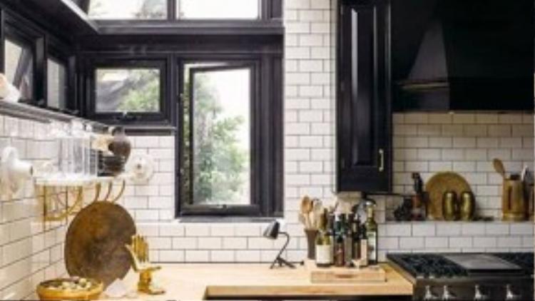 Nhà bếp tuyệt đẹp và đầy ánh sáng với những vật dụng làm bếp tinh tế.