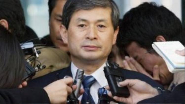 Hwang tuyên bố từ chức tại Đại học Seoul.
