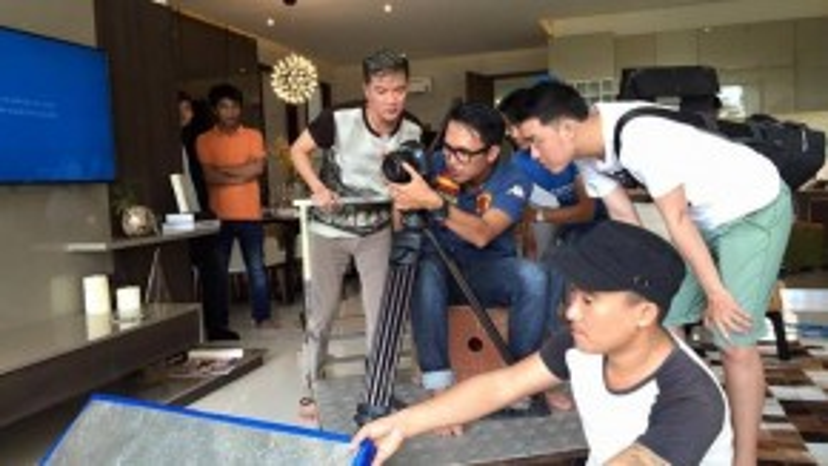 Mới đây, trên trang cá nhân, ca sĩ Đàm Vĩnh Hưng đăng tải chuỗi hình ảnh ghi lại cảnh anh đồng hành cùng Phượng Vũ và ê-kíp trong ngày cô tiến hành quay MV đầu tay.