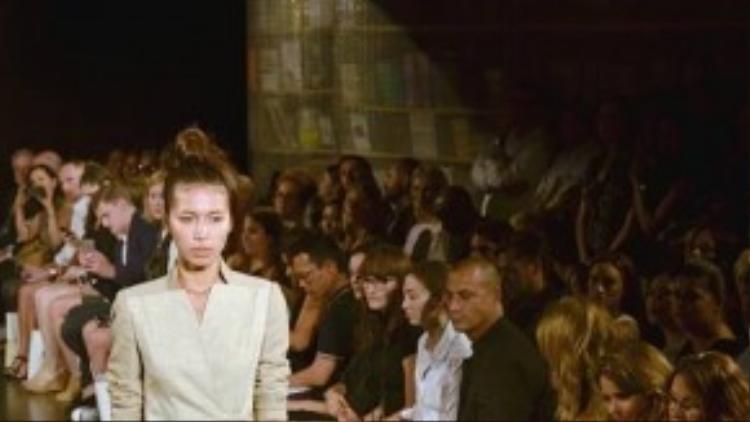Từng có kinh nghiệm trình diễn trên sàn catwalk Việt nhiều năm, Minh Tú đã tự tin trình diễn trước đông đảo giới yêu thời trang tại Anh.