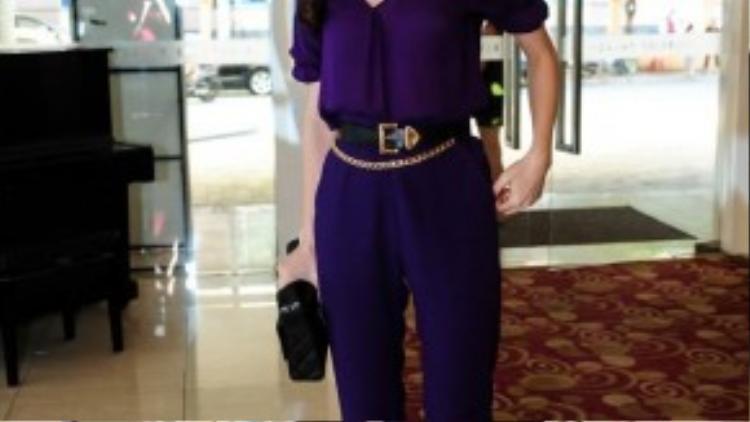 Trang phục jumpsuit có gam màu tím càng nổi bật với phụ kiện hoa tai, thắt lưng, giày… có ánh kim.