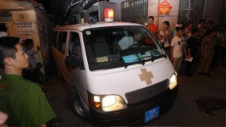 Xe cấp cứu nhanh chóng rời khỏi hiện trường vụ nổ - Ảnh: Nguyễn Khánh