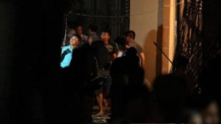 Lực lượng chức năng đang kiểm tra lại hiện trường - Ảnh: Nguyễn Khánh