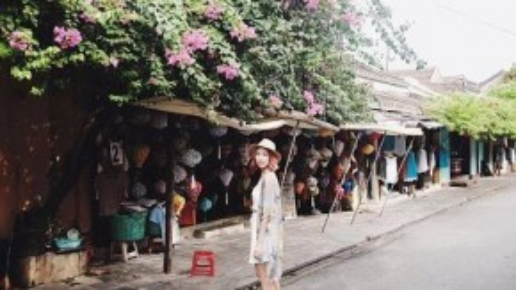 Nữ ca sĩ Min (St 319) phối cả cây trắng crop-top cùng chân váy ngắn, khoác ngoài một chiếc kimono với tone màu bắt mắt.