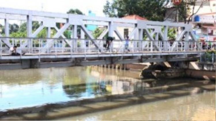Tranh thủ dịp này, nhiều cần thủ thi nhau ra kênh Nhiêu Lộc câu, vớt cá, họ có mặt bất kỳ đâu, trên cầu, trên đường ray xe lửa, thậm chí dưới gầm cầu để bắt cá.