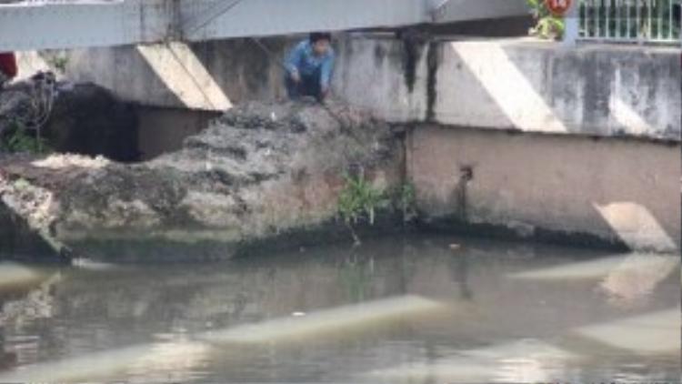Chui hẳn xuống gầm cầu vớt cá.
