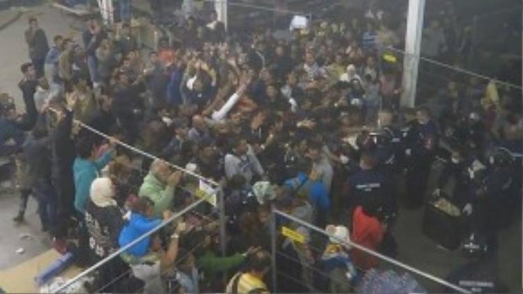 Người tị nạn hỗn loạn tranh giành thức ăn trong trại tị nạn. (Ảnh chụp từ clip)