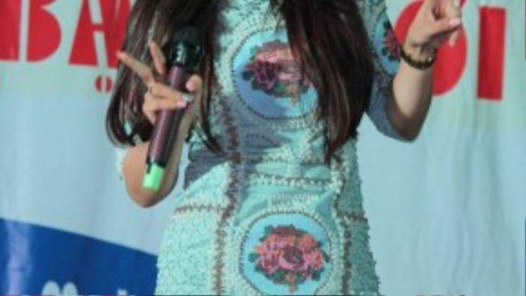 """Phượng Vũ xuất hiện khá trễ do cô bận quay MV đầu tay suốt cả ngày. Cô gái """"vừa ăn vừa hát"""" biểu diễn lại bản hit Tình yêu màu nắng đình đám của Đoàn Thúy Trang và BigDaddy."""