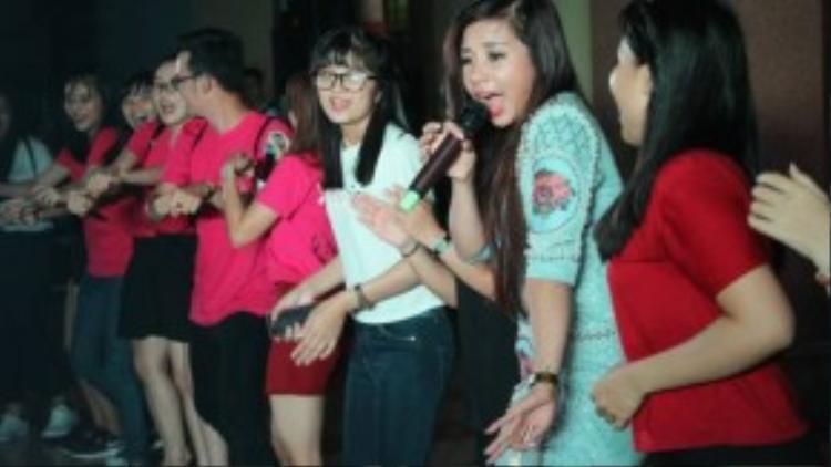 Phượng Vũ khép lại đêm nhạc bằng ca khúc Anh muốn em sống sao phiên bản remix. Một số sinh viên hào hứng lên sân khấu để nhảy cùng thần tượng.