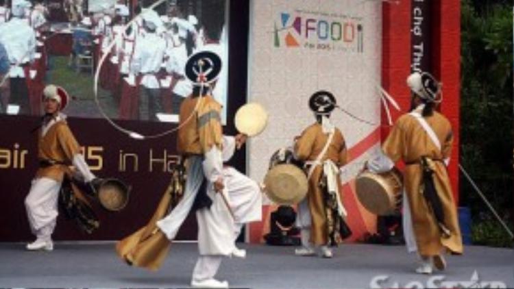 Mở đầu buổi lễ khai mạc là phần trình diễn của đoàn Samun với múa truyền thống Hàn Quốc.