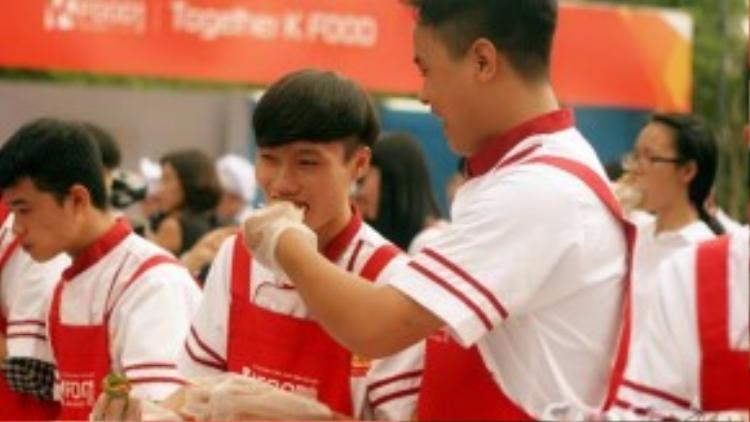 """Thực hiện nghi thức """"đút cho nhau ăn"""" theo phong cách truyền thống của người Hàn."""