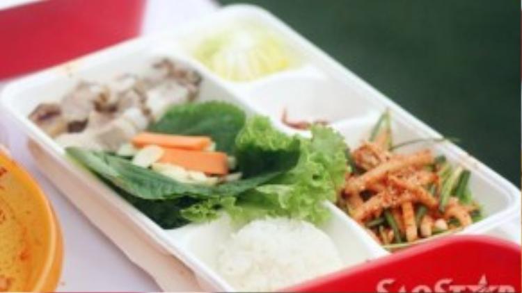 Nguyên liệu cho món này gồm: cải xanh hoặc cải thảo, thịt ba chỉ, cà rốt, dưa leo, kim chi, củ cải, cơm.
