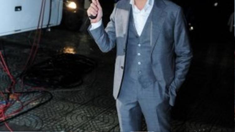 """Dương Khắc Linh """"đội mưa"""" đến chương trình, xuất hiện tại đêm liveshow anh tiếp tục thể hiện phong độ qua bộ vest lịch lãm."""