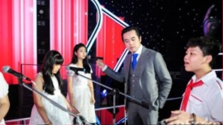 Dương Khắc Linh tập dợt lại cùng các thí sinh trên sân khấu.