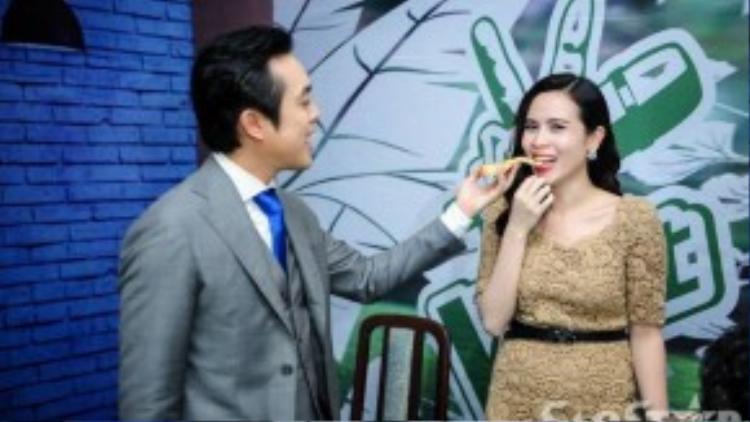 """Sau đó anh cũng nhanh chóng """"đút"""" lại cho Lưu Hương Giang ăn để tránh sự nghi ngờ, cả hậu trường được một """"phen"""" cười sảng khoái."""