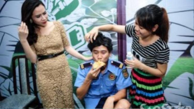 Lưu Hương Giang cũng xuất hiện bên cạnh chồng để giúp anh hóa trang.