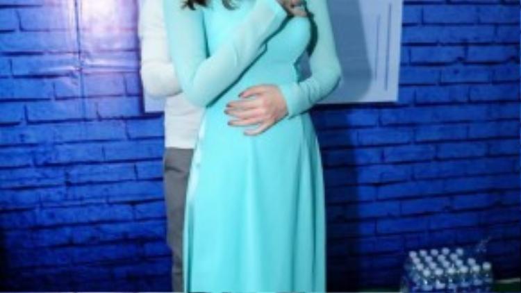 Lưu Hương Giang thay trang phục khi bước lên sân khấu, nữ HLV rạng rỡ trong tà áo dài.